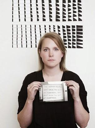 Anne Olde Kalter voor één van haar kunstwerken