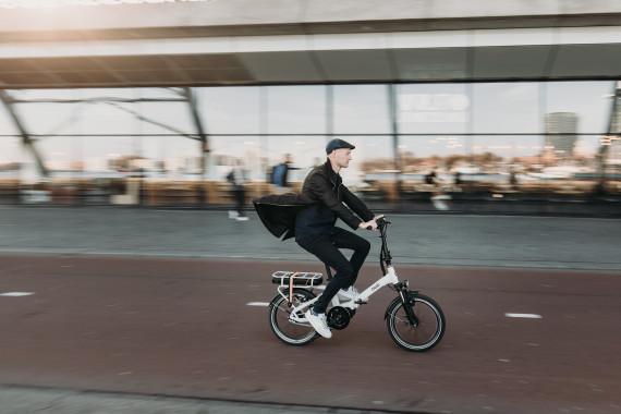 Man fietst op elektrische vouwfiets