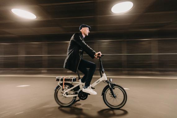 Man fietst 's avonds op e-bike