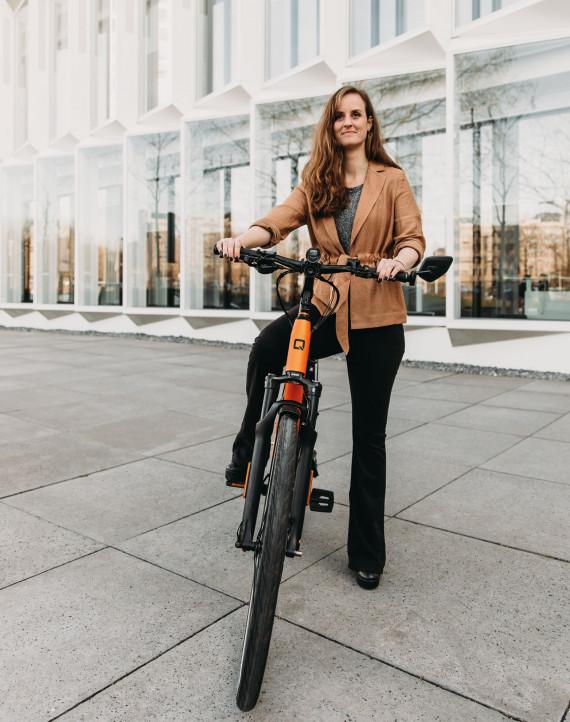vrouw houdt haar e-bike vast