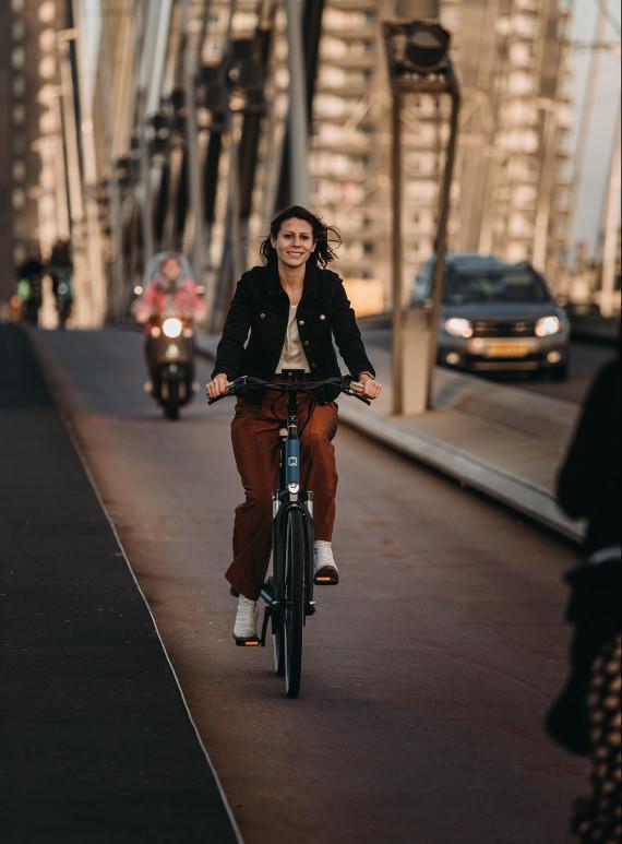 vrouw fietst 's avonds