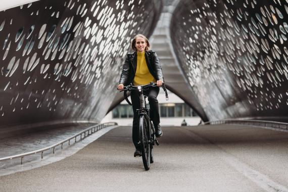 vrouw fietst op snelle fiets