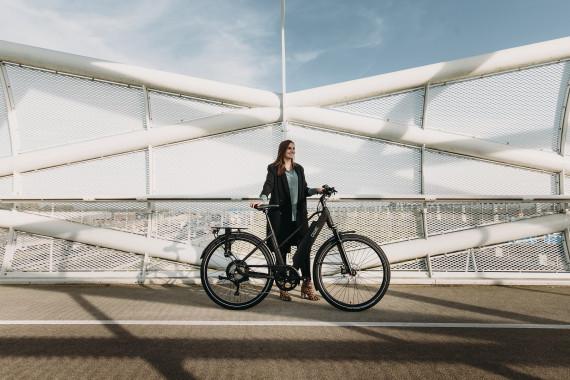 vrouw met sportieve elektrische fiets