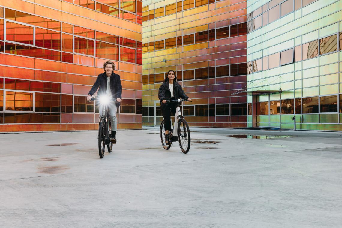 man en vrouw rijden op hun elektrische fiets